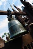 在木寺庙的大响铃在曼德勒 免版税库存照片