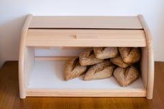 在木小箱的新鲜的baquette面包 免版税图库摄影