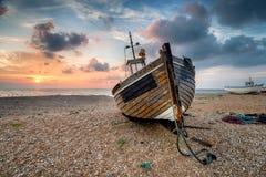 在木小船的美好的日出 免版税库存图片