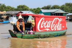 在木小船绘的可口可乐商标,浮动村庄,柬埔寨 免版税库存照片