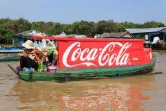 在木小船绘的可口可乐商标,浮动村庄,柬埔寨 免版税库存图片