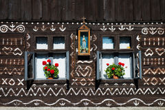在木屋墙壁上的被绘的装饰在Cicmany,斯洛伐克 免版税库存图片