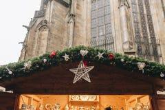 在木屋的圣诞节装饰在市场上 免版税库存图片