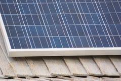 在木屋顶的太阳电池板在mountrain区域房子 免版税图库摄影