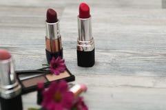 在木工作场所的五颜六色的化妆用品 顶视图 图库摄影
