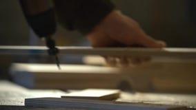 在木工购物cnc钻子是操练信件对做正弦的木板条,关闭英尺长度 股票录像