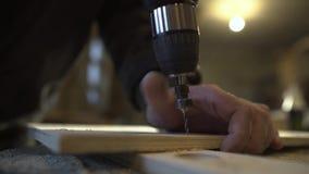 在木工购物cnc钻子是操练信件对做正弦的木板条,关闭英尺长度 影视素材