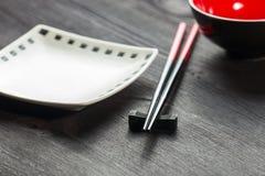 在木席子背景的两双筷子 免版税库存照片