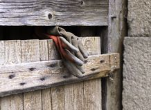 在木建筑困住的工作手套 库存照片