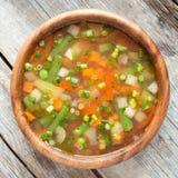 在木弓的蔬菜汤 免版税库存图片