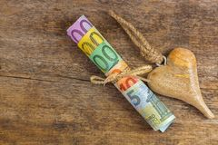 在木心脏旁边的另外欧洲钞票与绳索 套r 库存图片