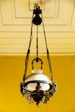 在木房子前面的灯笼吊 免版税库存图片