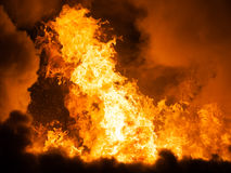 在木房子屋顶的灼烧的火火焰 库存照片