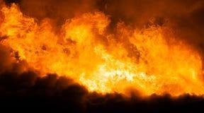 在木房子屋顶的灼烧的火火焰 免版税库存图片