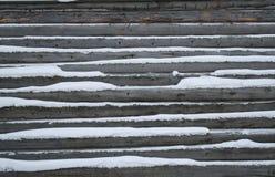 在木房子的雪 免版税库存照片