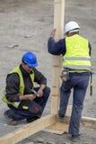 在木房子建筑的工作 免版税库存图片
