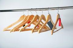 在木挂衣架的销售标记 免版税库存照片