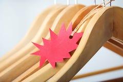 在木挂衣架的销售标记 库存图片