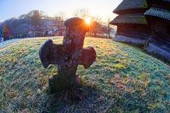 在木教会附近的十字架 免版税库存照片