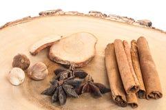 在木斩肉板的干香料 免版税库存图片