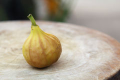 在木斩肉板的成熟无花果果子 免版税库存照片