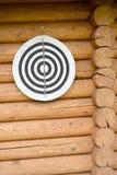 在木日志墙壁上的目标 库存照片