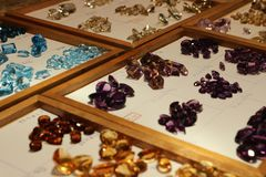 在木显示的Colorfull宝石 免版税库存照片