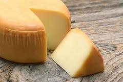 在木有机食品的乳酪轮子 免版税库存图片