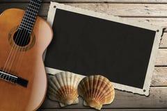 在木木板走道的吉他和照片框架 免版税库存照片