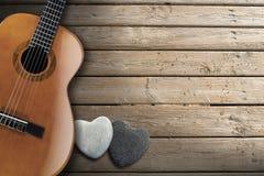 在木木板走道的声学吉他 免版税图库摄影
