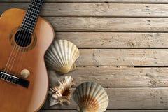在木木板走道的声学吉他 向量例证