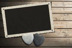 在木木板走道的照片框架有沙子的 皇族释放例证