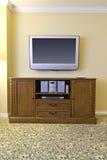 在木机柜大立体音响的电视之上 图库摄影