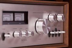 在木机柜的葡萄酒高保真立体声放大器 免版税图库摄影