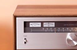 在木机柜的葡萄酒高保真立体声条频器 库存照片