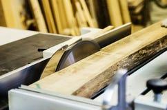 在木材加工机器的切板有一把圆锯的 免版税库存图片