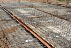 在木材模板的水泥板增强酒吧在建造场所 库存照片