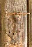 在木材的古色古香的生锈的门锁 免版税库存照片