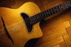 在木条地板的吉普赛吉他 库存图片
