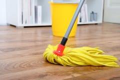 在木条地板的清洁工具 库存图片