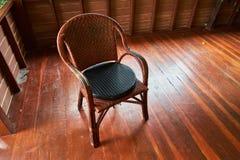 在木条地板的藤椅 图库摄影
