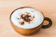 在木杯子的咖啡馆上等咖啡 免版税库存图片