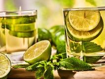 在木板上是玻璃与绿色透明饮料 库存照片