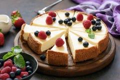 在木板切的经典简单的纽约乳酪蛋糕 免版税图库摄影