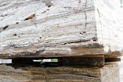 在木板台的巨大的自然石材料 免版税库存照片