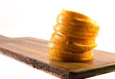 在木板和白色背景-接近的切的桔子 免版税图库摄影