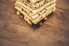 在木板安排的薄煎饼 库存照片