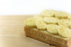 在木板安置的面包切片的新鲜的bnanas 库存照片