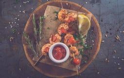 在木板材和metall背景的美味的虾kebab 免版税库存照片