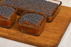 在木板材的三个柠檬鸦片蛋糕 免版税图库摄影